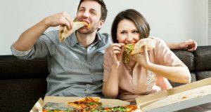 Casal comendo pizza