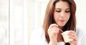 Comendo iogurte