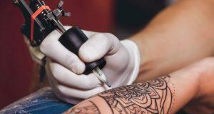 Fazendo tatuagem