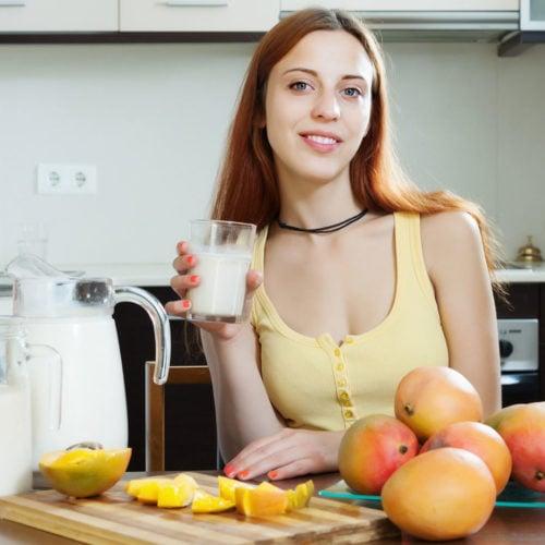 mulher tomando manga com leite capa