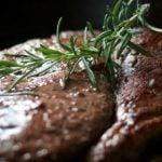 Temperar sua Carne com Essa Erva Reduz os Riscos de Câncer, Diz Estudo