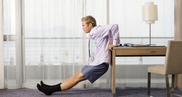 Exercício no quarto de hotel