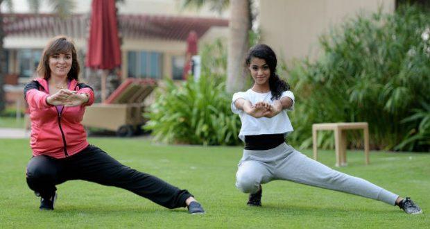 Mãe e filha se exercitando