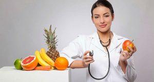 Médica segurando frutas
