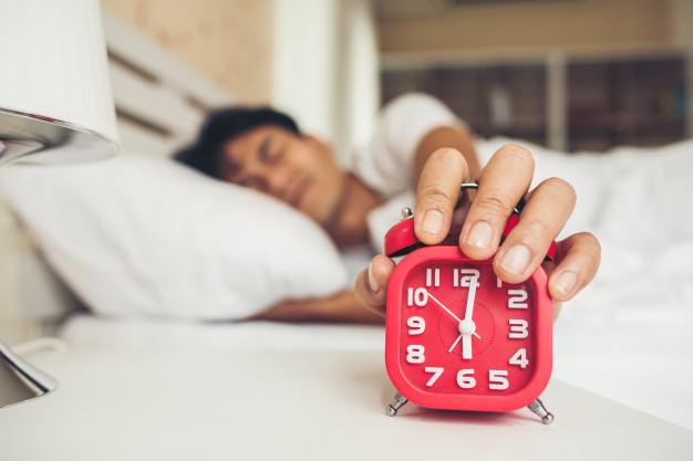 homem com preguiça de acordar