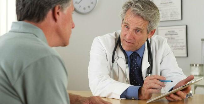 Médico com paciente homem
