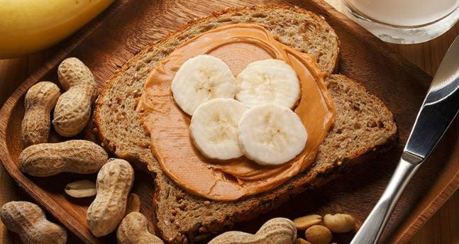 Torrada com pasta de amendoim