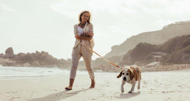 Mulher caminhando com cachorro
