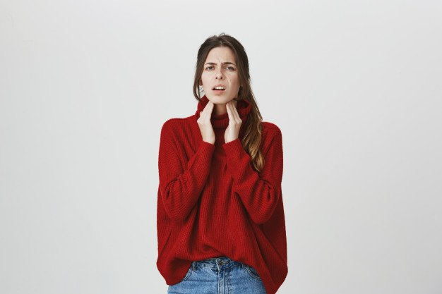 mulher com garganta inflamada