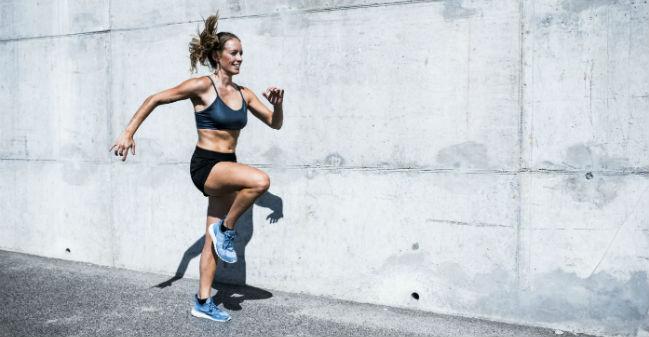 Mulher exercitando-se