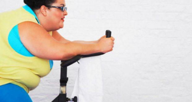 Obesa se exercitando