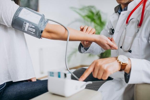médico medindo a pressão
