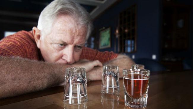 Homem velho com bebida