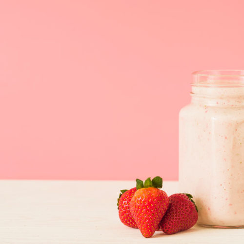 Shake proteico de morango fit, fácil e delicioso