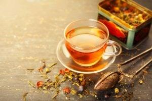 Chá emagrecedor com chá verde, canela, hibisco e gengibre