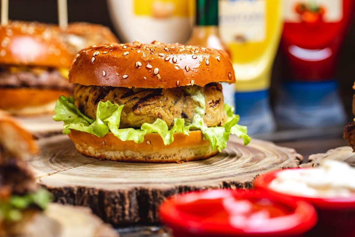 Hambúrguer vegano de quinoa e cogumelos