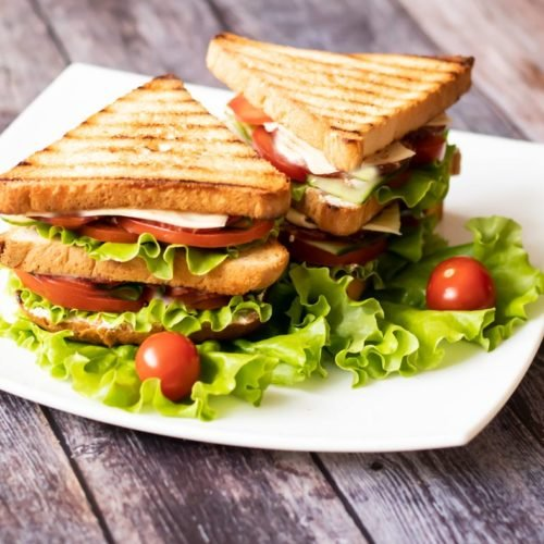 Sanduíche de frango e legumes