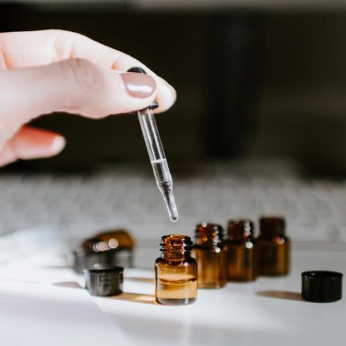 pingando conta gotas nos frascos