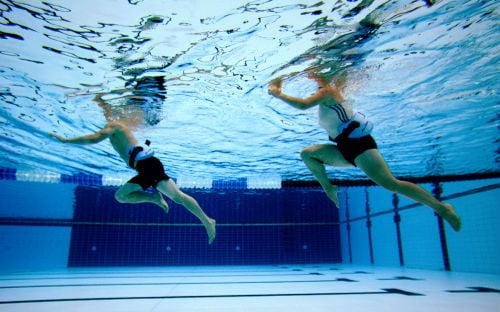 prancha-na-piscina 7 Exercícios na Piscina para Emagrecer e Tonificar