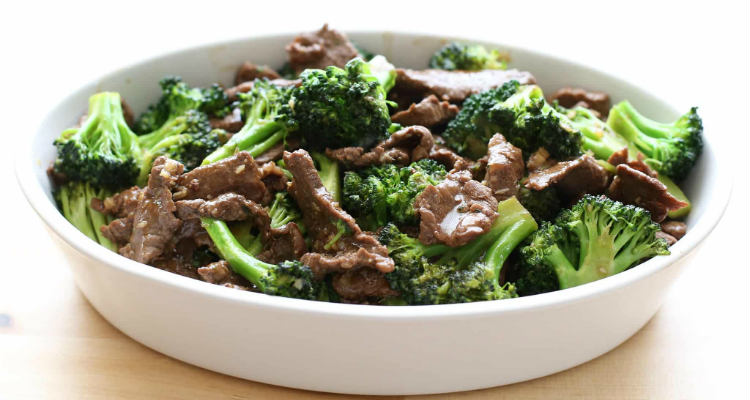 Prato saudável de brócolis com bife