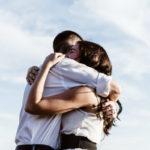 6 Benefícios do Abraço Para a Sua Saúde Física e Emocional
