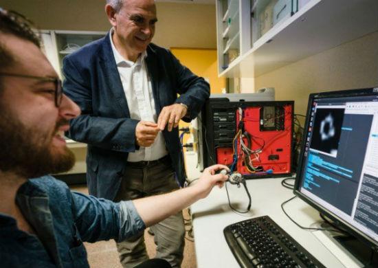 implante Implante de Retina Conectado ao Cérebro Faz Mulher Voltar a Enxergar Após 15 Anos