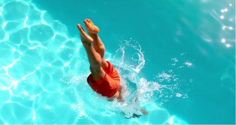 Mergulho na piscina