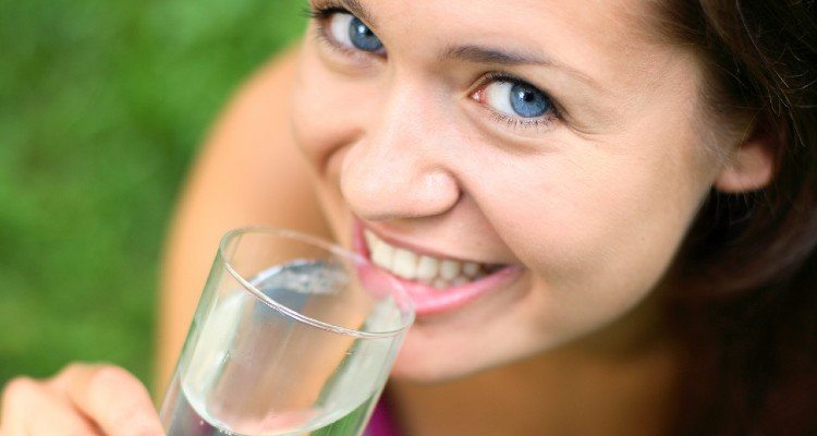 Mulher tomando água