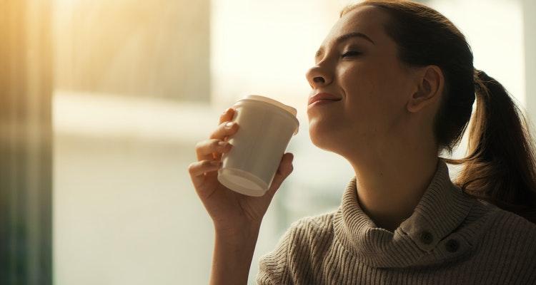 Bebendo café