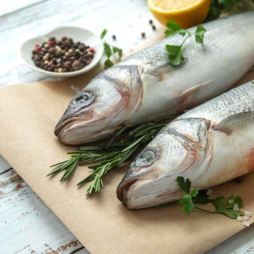 peixe cru na tábua de corte