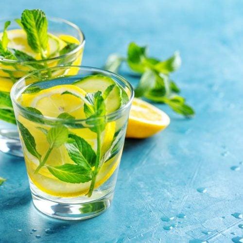 Água flavorizada com limão, pepino, salsa e hortelã