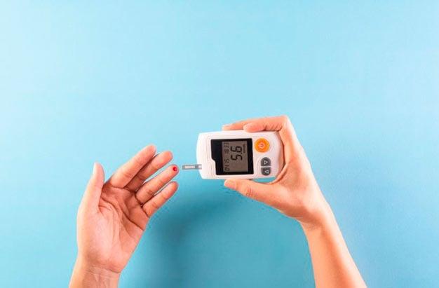pessoa medindo a taxa de glicose