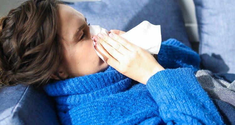 Mulher resfriada
