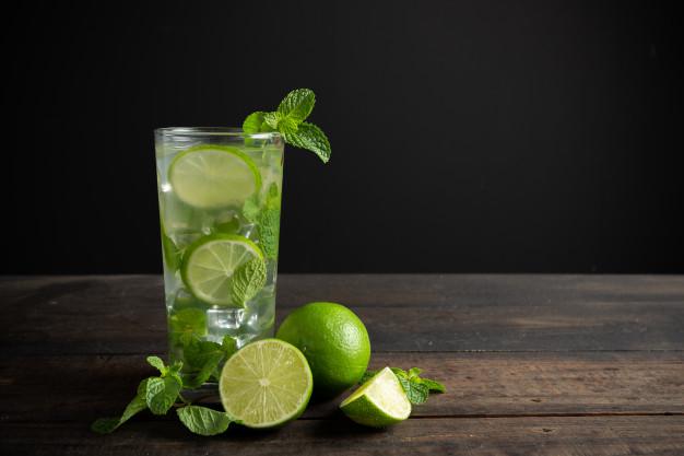 água de hortelã com limão