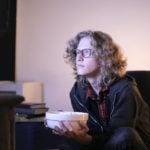 6 hábitos ruins de quem passa muito tempo em casa