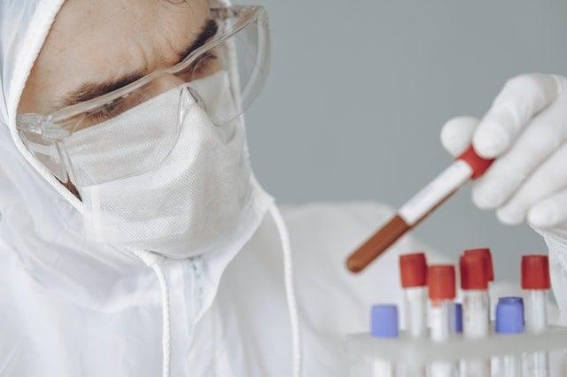 pesquisador no laboratório