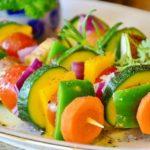 Receita de espetinho de legumes para um churrasco vegetariano!