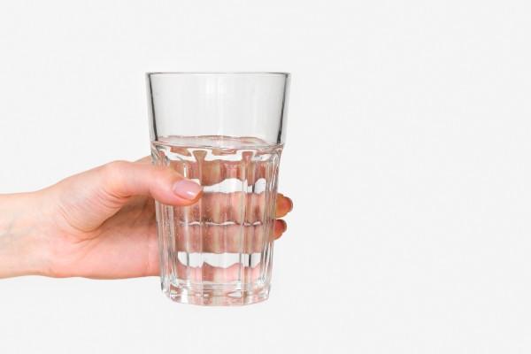 mão-segurando-copo-com-água