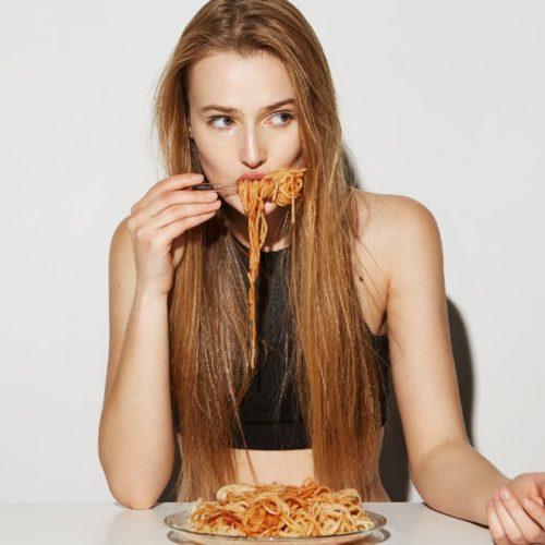 falsa-magra-comendo-macarrão