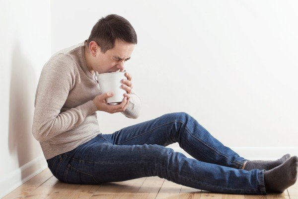 homem com sintoma de intoxicação alimentar