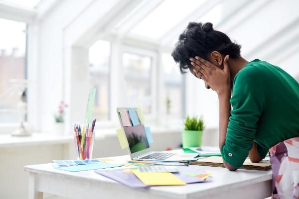 mulher-com-sinais-de-esgotamento-profissional