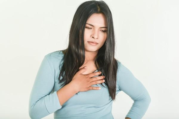 mulher com refluxo