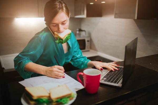 mulher-multitarefa-trabalhando