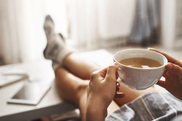 mulher-tomando-chá-de-pariparoba