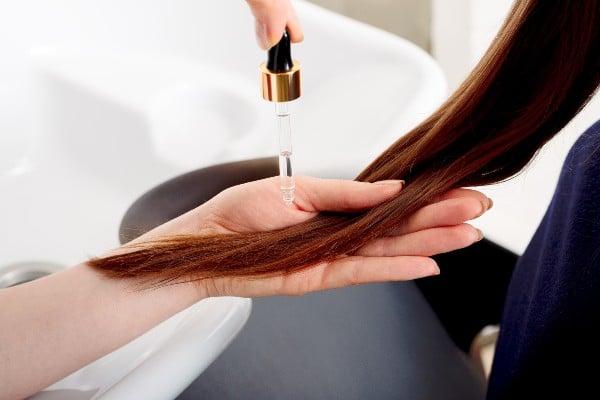 óleo-de-mamona-no-cabelo