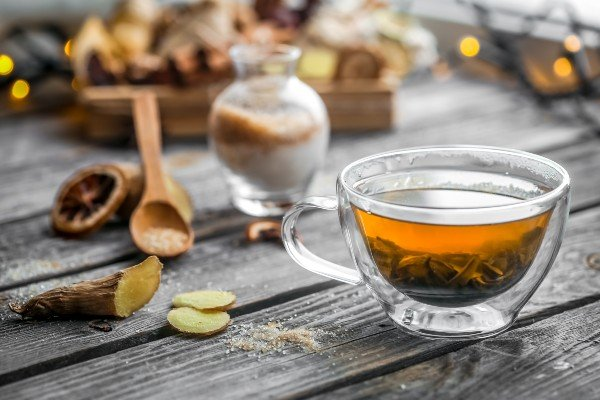 preparando té de gervão