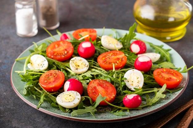 salada com ovo de codorna