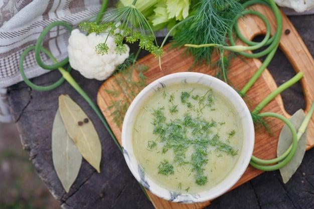 Alho-poró assado com caldo de legumes