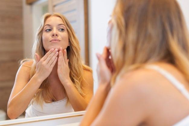 mulher tratando a pele