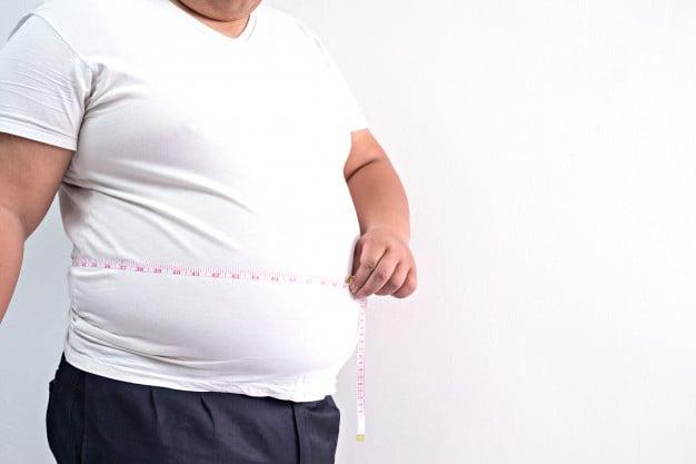 homem com muita gordura visceral
